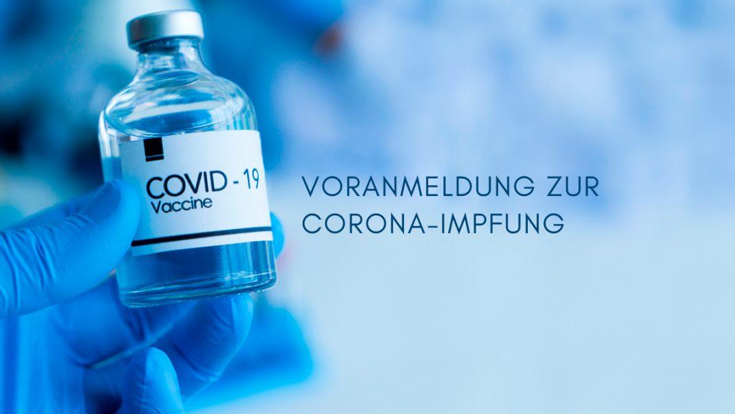 Covid-Impfstoff vor blauem Hintergrund, Text: Voranmeldung zur Corona-Impfung. Credit: Canva