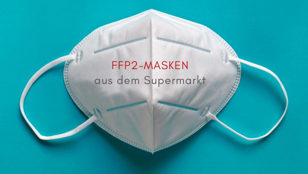 FFP2-Maske auf türkisem Hibntergrund, Text: FFP2-Masken aus dem Supermarkt, Credit: Canva