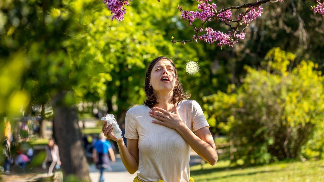 Frau niest im Freien, Credit: Canva