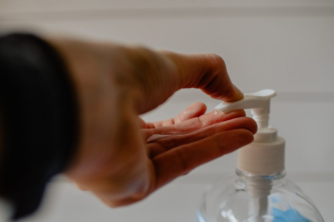 Desinfektionsmittel, Photo by Kelly Sikkema on Unsplash