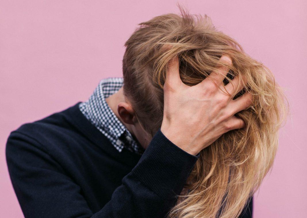 Mann kratzt sich am Kopf, Foto: Karina Carvalho, Unsplash